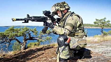 Puolustusministeriön selvitys toteaa, että sotilaallinen läsnäolo Ahvenanmaalla voi olla virka-aputilanteissa tarpeen.