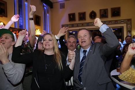 Perussuomalaisten vaalivalvojaistunnelmia. Perussuomalaiset nousi toiseksi suurimmaksi puolueeksi.