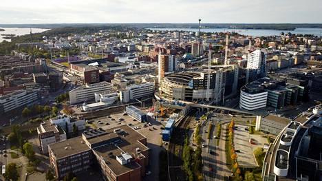 Ilmakuva kaakosta. Taustalla vasemmalla Pyhäjärvi, oikealla Näsijärvi.