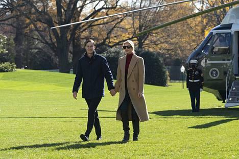 Trumpin tytär Ivanka saapui aviomiehensä Jared Kushnerin kanssa Valkoiseen taloon kiitospäivän vietosta sunnuntaina. Kushnerilla on ollut keskeinen rooli Trumpin yrityksissä kääntää vaalitulosta.