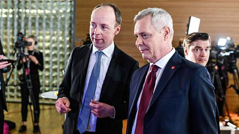 Antti Rinteen mukaan Sdp:n ja perussuomalaisten välillä on merkittäviä eroja talous- ja sosiaalipolitiikassa. Kuvassa Rinne ja perussuomalaisten puheenjohtaja Jussi Halla-aho vaali-iltana.