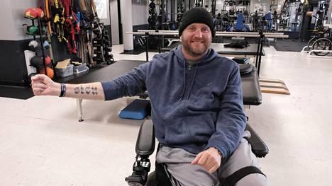 Janne Kouri on tatuoinut koko kuntosaliketjunsa moton ranteeseensa, jossa lukee sisu.