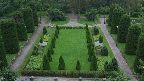 Aukio, jota voidaan pitää puutarhan sydämenä, on kuin osa Ludvig XIV:n Versailles'ta, kaupungin sivulla kuvataan. Aukiota ympäröi joukko kuusia, jotka leikataan muotoonsa joka kolmas vuosi.