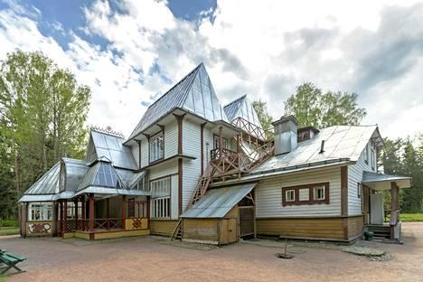 Penatyn huvila Repinossa tuhoutui sodan aikana 1944, joten se on rakennettu neuvostoaikana uusiksi vanhojen valokuvien ja piirrosten perusteella. Esillä on kuitenkin paljon Repinille kuuluneita aitoja tavaroita ja tauluja, jotka oli evakuoitu jatkosodan alkaessa 1941 Leningradiin.