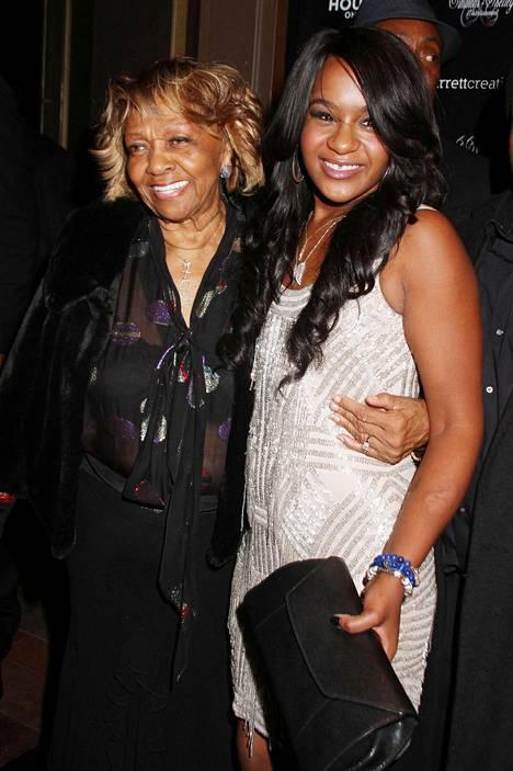 Bobbi Kristina Brown kuvattuna isoäitinsä Cissy Houstonin kanssa.