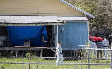 Liittovaltion agentit tutkivat pommiepäillyn kotia Pflugervillessä 22. maaliskuuta 2018.