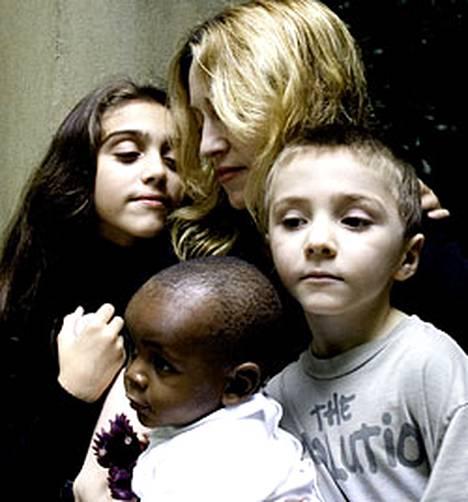 Madonna yhdessä lastensa Lourdesin, Davidin ja Roccon kanssa.