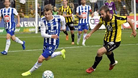 HJK:n Lucas Lingman (vas.) ja Hongan Konsta Rasimus vauhdissa sunnuntaisessa pääkaupunkiseudun paikallisottelussa.