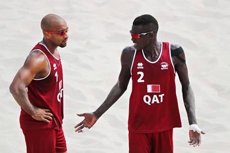 Miesten tyypillinen peliasu. Kuvassa Qatarin pelaajat Jefferson Santos Pereira ja Cherif Younousse Samba.