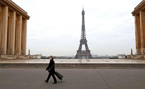 Ranska.  Pariisi oli autio keskiviikkona. Ranskassa julistettiin koronavirusepidemian takia tiukka ulkonaliikkumiskielto, joka sallii vain välttämättömimmät kaupassakäynnit.