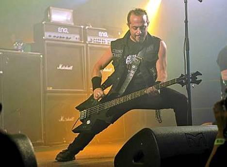 Overkill-basisti D.D. Verni näytti, että päänheilutus sujuu ilman hevipehkoakin.