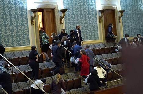 Kongressin jäseniä evakuoitiin, kun tilanne kärjistyi sisällä.