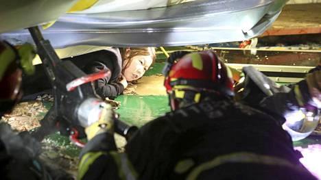 Opiskelijaa pelastetaan romahduksen seasta.