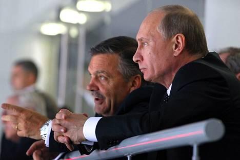 Vladimir Putin (oik.) ja René Fasel seurasivat Venäjän ja USA:n ottelua alle 18-vuotiaiden MM-kisoissa Sotshissa vuonna 2013.