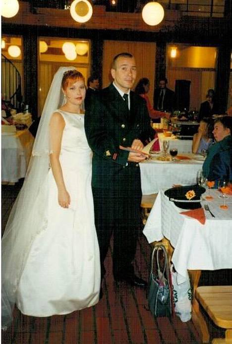 Avioon pariskunta asteli vuonna 2001. –Kaksi vuotta siinä vitkuttelimme ennen kuin menimme naimisiin, Matti muistelee.