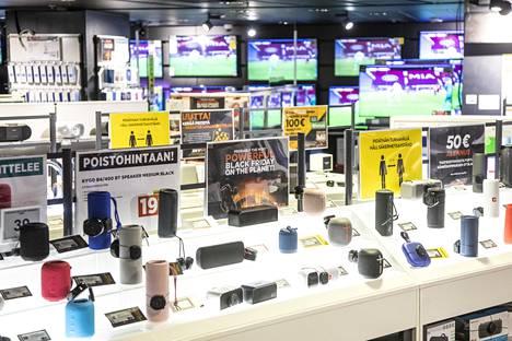 Useat kyltit muistuttavat asiakkaita turvavälien säilyttämisestä Helsingin Stockmannin Power-myymälässä.