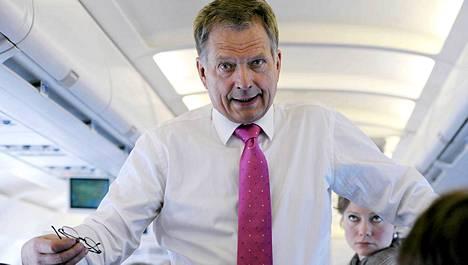 Tasavallan presidentti Sauli Niinistö lentokoneessa matkalla valtiovierailulle Tanskaan