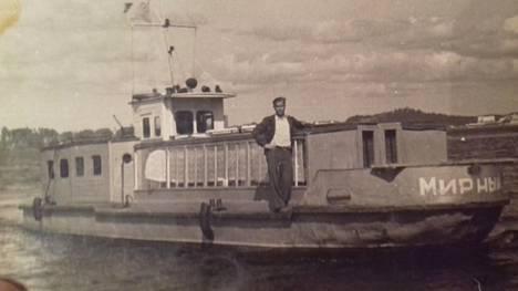 """Ivan Anashkin työskenteli sodan jälkeen lautturina Sortavalan ja Valamon välillä. Laivan nimi on suomeksi """"rauhallinen""""."""