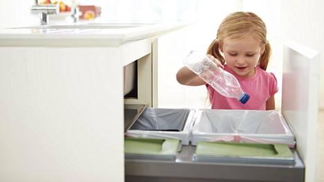 - Lapset oppivat nopeasti eri jätteiden paikat, ammattijärjestäjä Ilana Aalto sanoo. Kaikissa suomalaisissa keittiöissä ei ole kuitenkaan riittävästi tilaa jätteiden lajitteluun ja muovinkeräyspisteille voi joutua menemään autolla. Kuvituskuva.