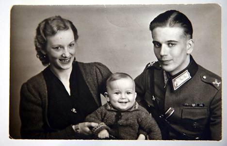 Irene ja Pentti Oskari salonen poikansa Ilkan kanssa 1944. Ilkka on Maria Guzeninan isä.