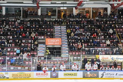 Jääkiekon SM-liigaa pelattiin rajoitetulle yleisölle parin kuukauden ajan. Nyt jäähallit ovat muutaman viikon kiinni monin paikoin ympäri Suomea, ja SM-liiga on tauolla jouluun asti.