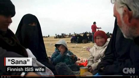Kuvakaappaus CNN-uutiskanavan videolta, jolla haastateltiin suomalaista Sannaa Baghuzin taistelujen aikaan viime maaliskuussa. Myös Sanna päätyi al-Holin leirille.