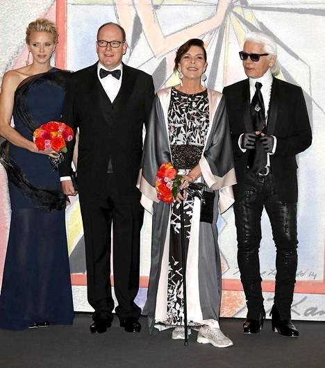 Monacon ruhtinatar Charlene, ruhtinas Albert, prinsessa Caroline ja Karl Lagerfeld kuvattuna Rose Ball -gaalassa.