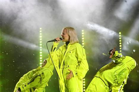 Paula Vesala esiintyi Senaatintorilla neonkeltaisessa asussa.