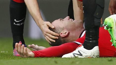 Wayne Rooney makaa pitkin pituuttaan nurmella tehtyään ManUn 3-0-maalin.