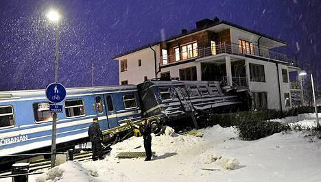 Tällaista jälkeä taloa päin rysäyttänyt juna teki Tukholmassa.