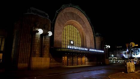 Poliisin mukaan neljän miehen epäillään raiskanneen naisen yöllä 1. marraskuuta viime vuonna Helsingin päärautatieasemalla.