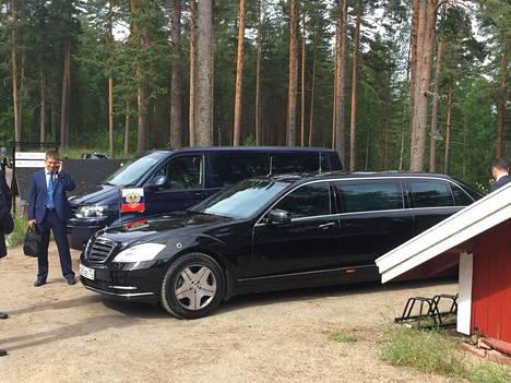 Rekisteritunnuksen perusteella Venäjän presidentinhallinnon ykkösauto on kilvitetty sinne minne voisi arvatakin eli Moskovan keskusta-alueelle. Kuvassa näkyy hyvin Guard-mallin normaalia selvästi raskaampi rengastus.