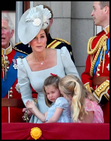 Herttuatar Catherine lohdutti harmistunutta prinsessa Charlottea.