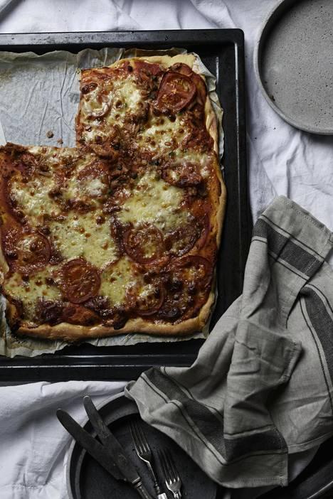 Pizzaan ei kannata laittaa enempää kuin 2-3 täytettä, Pimiä kertoo kirjassa.