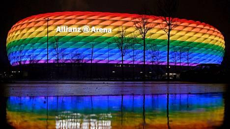 Allianz Arena Münchenissä hehkui sateenkaaren kirjavana tammikuussa.