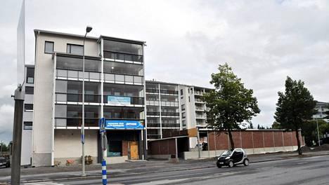 Lapuan hiippakunnan piispa Simo Peura muuttaa asumaan Rautatienkadun ja Ruukintien risteyksessä sijaitsevaan kerrostaloon, asuntoon, joka on Seinäjoen kallein. Asunto toimii myös piispan edustustilana.