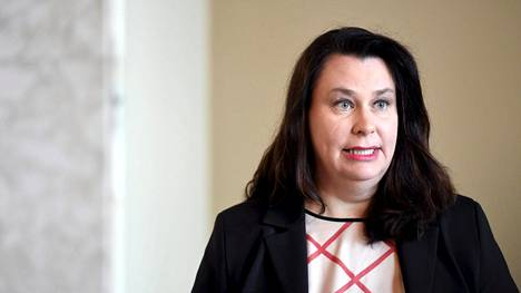 Perustuslakivaliokunnan puheenjohtaja Johanna Ojala-Niemelä toivoi, että salassa pidettävien tietojen vuotaja selvitettäisiin.