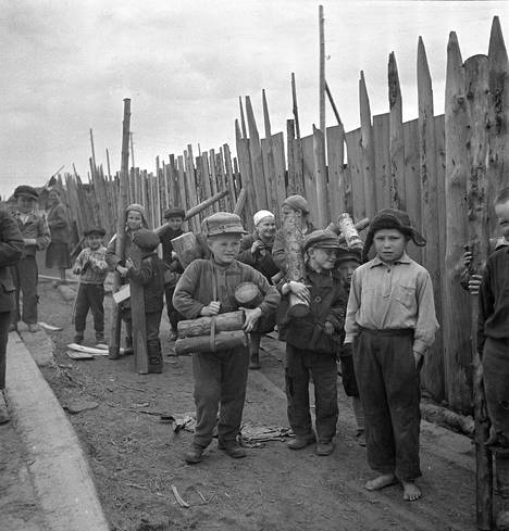 Jatkosodan aikana Itä-Karjalan venäläistä siviiliväestöä koottiin leireille, koska Suomi piti heitä epäluotettavina. Lääkintäluutnantti Heikki Kallialan ottamassa kuvassa näkyy puita hakevia lapsia.