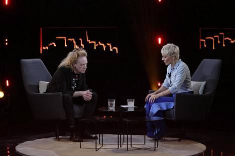 Maria Veitola tunnetaan suorana haastattelijana, joka ei pelkää kysyä vaikeita asioita. Kuva Enbuske, Veitola & Salminen -sarjasta vuodelta 2017.