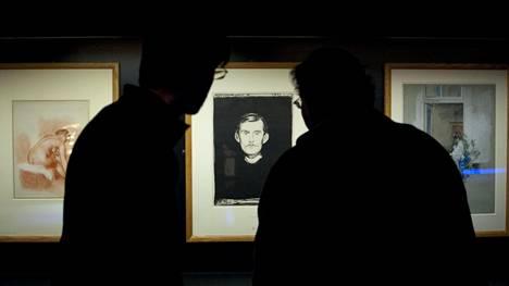 Kuvassa museovierailijoita katselemassa Edvard Munchin omakuvaa vuodelta 1895.