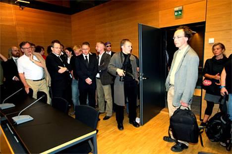 Oikeussali täyttyi Halla-ahon kannattajista ja muusta yleisöstä median lisäksi.