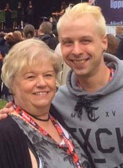 Kirsti Leskenmaa ja hänen poikansa Jere kuvattuna Riihimäki Rockissa 26.6.2015. Seuraavana yönä Jere joutui henkirikoksen uhriksi.