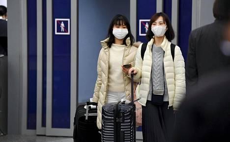 Aasialaisia matkustajia saapui Helsinki-Vantaan lentokentälle 30. tammikuuta.