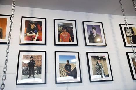 Billebeinon toimiston seinällä on kuvia julkisuuden henkilöistä, pääasiassa NHL-kiekkoilijoista, Billebeinoon sonnustautuneina.