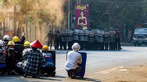 Mielenosoittajat istuivat kadulla Mandalayssa keskiviikkona.