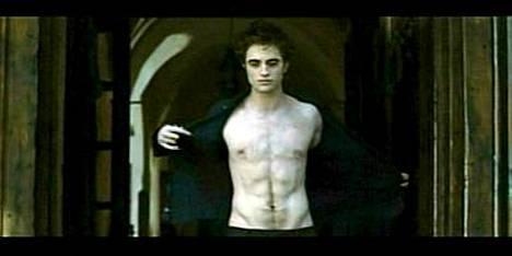 Näin hyvännäköistä kroppaa Robert Pattinson esittelee Uudessakuussa.