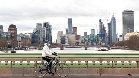 Pyöräilijä ja pilvenpiirtäjiä Lontoossa.