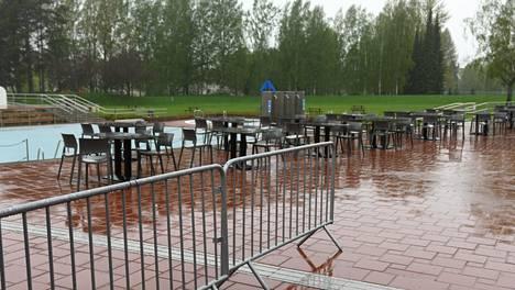 Vesi ropisi altaaseen ja ulkopöydille, mutta uimarit olivat poissa kello 15:n ja 16:n välisenä aikana Tampereen maauimalasta Kalevassa.