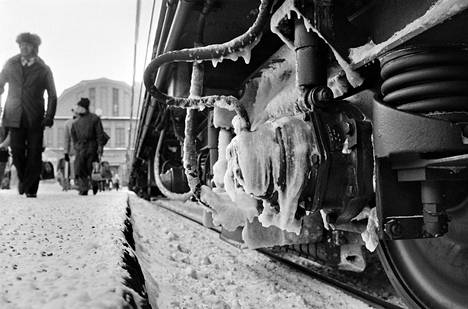 Jäätä junanvaunujen alustoissa Helsingin päärautatieasemalla tammikuussa 1987. Tulipalopakkanen jäädytti junien alustarakenteet jarruja myöten ja kaukojunat varsinkin myöhästelivät pahasti.