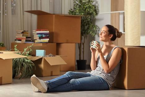 """""""Otan kahvin ja istun haaveilemaan unelmieni kodin lattialle laatikoiden viereen."""""""